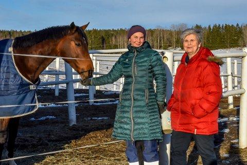 Kaia Sekkelsten Steinberg og Anne Kari Sekkelsten Steinberg forsøker å være optimistiske for å komme seg gjennom korona-nedstengingene.