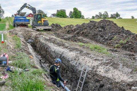Her er mannskaper fra Skiptvet kommune ute for å reparere et vannledningsbrudd i mai i fjor. Dette bruddet var på Grønnlundtoppen.