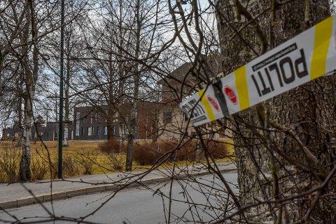 Politiet har satt opp sperrebånd rundt eiendommen der det ble funnet en hasjplantasje i Spydeberg. Bygget til venstre er Spydeberg ungdomsskole.