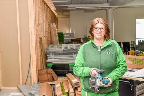Butikksjef Cecilie Lundin Moen er klar for å brette opp ermene og jobe den neste uken for å pusse opp butikken på Knapstad.