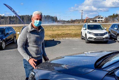 Rune Andersen hos Caronet er oppgitt over at alle bilene hans er dekket av aske.