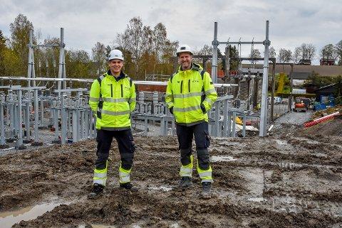 Prosjektleder Per Kristian Furuheim og byggeleder Thomas Hedegaard jobber med å utvide kapasiteten på strømnettet i Spydeberg. I den forbindelse foregår det sprengningsarbeid.