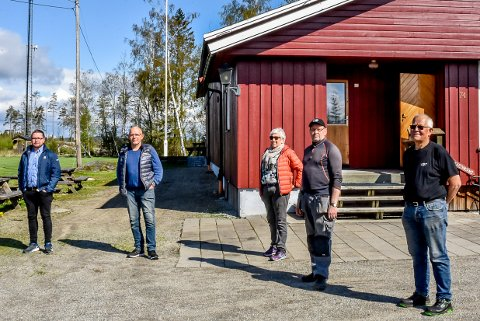 Jobber på: Jim Holm-Johansen, Nils Krogh, Marit Hoel, Sverre Skansen og Terje Gangnes jobber med å få Furuberget Grendehus tilbake til gammelt praktslag. Ikke tilstede: Wenche Aaser Torp, leder i husstyre.