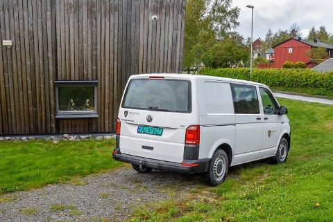 Bygningsvakt i Indre Østfold kommune, John Øyvind Thoresen, måtte rykke ut søndag ettermiddag for å forseilet knuste ruter i Eid barnehage. Over vundet kan man se et hvit overvåkingskamera.