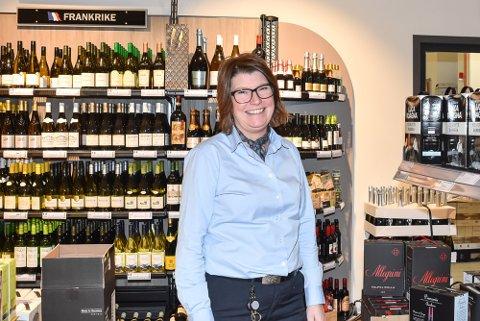 FORNØYD BUTIKKSJEF: Mette Langsæther, Vinmonopolet i Mysen.
