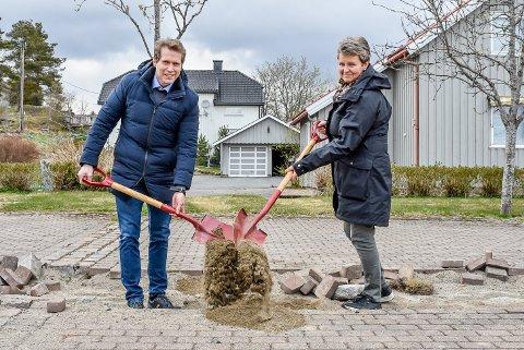 Daglig leder i Omtanke AS, Trond Vegar Brattlie og ordfører i Skiptvet, Anne-Grethe Larsen (Sp), tar første spadetak på Torggården som skal bygges i Meieribyen.