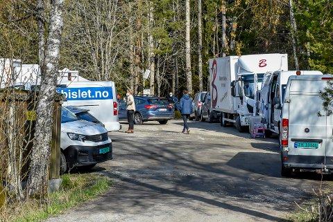 Det var fullt av biler på parkeringsplassen ved Romsåsen gruver i Askim da Miso Film hadde en hemmelig filminnspilling. Dette bildet ble tatt fredag formiddag.