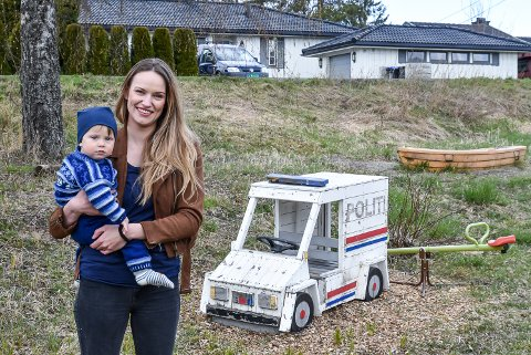 Susanne Lund-Høie (33) med sønnen Adam (snart 1 år) på armen, gleder seg over at Sparebankstiftelsen DNB har gitt 140.000 kroner til ny lekeplass på Tomter.