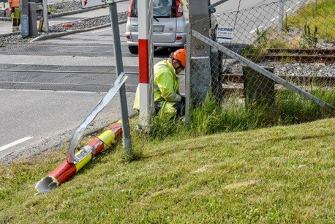 Det jobbes med å reparere bommen i Spydeberg.