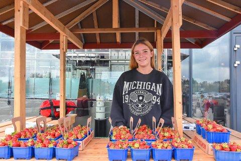 SOMMERJOBB: Jane Helene Pettersen (17) fra Spydeberg har sommerjobb som jordbærselger.