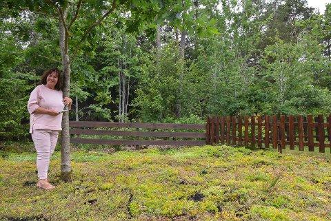 FORNØYD: LIllian Larsen er storfornøyd med hennes nye hage.