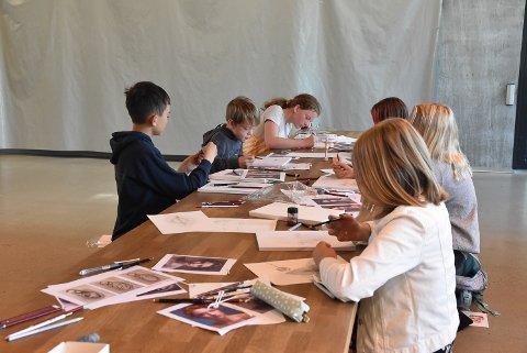 IN ACTION: De tegneglade kursdeltagerne har lært forskjellige teknikker i løpet av uka.