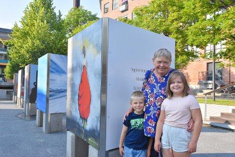 KULTUR: Laila Fjeld og barnebarna Hanna (9) og Jørgen (6) Fjeld Murstad fikk med seg utstillingen i byrommet.