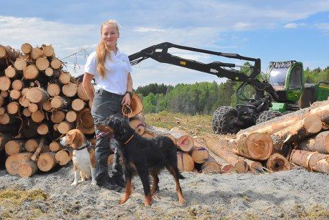 VANT: Som skogbruker blir Pia Schøyen (25) vant til tømmer og skog.