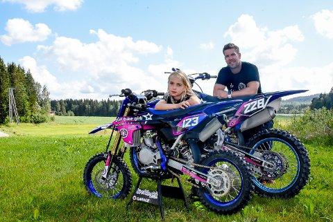 TRIVES: Line Sofie og pappa Knut Martinsen kjører begge motocross. Hver uke bruker de rundt 30-40 timer på sporten.