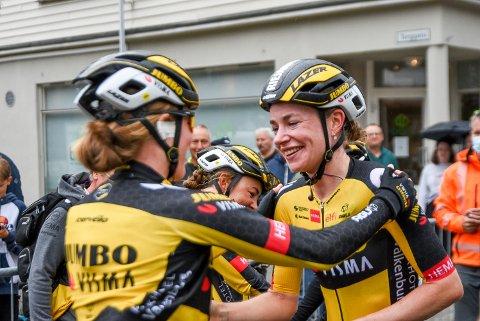STORT: Riejanne Markus (til høyre) tok sin aller første seier i et World Tour-ritt noensinne. Det foran masse publikum i Mysen sentrum.