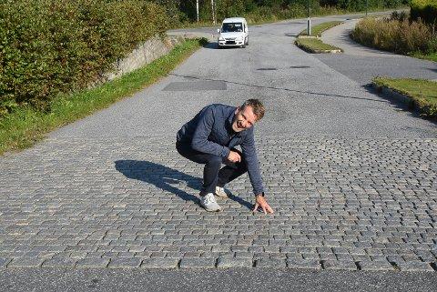 FORNØYD: Velforeningsleder Claes Kolstad er fornøyd med at disse brusteinene skal vekk.