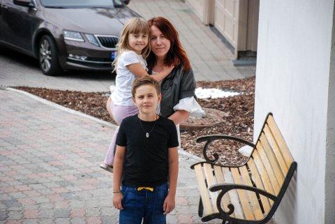 VIL HJELPE: Violeta Ilgune ønsker sammen med barna Alex (9) og Sofija (7) å hjelpe eldre i Tomter.