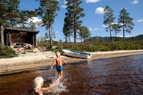 SNÅSA: Snåsa fjellstyre er en av landets 94 fjellstyrer som nå får bevilget mer penger. Dette bildet er fra Leirsjøen hvor Snåsa fjellstyre har stående gapahuk og båt (uten motor) som kan brukes gratis. Foto: Lisbeth Aassve/Snåsa fjellstyre