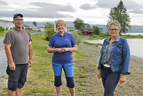 FIKK STØTTE: Arild Aasvold (Vegset camping) og Astrid Bratlie Finsås (bygdesentralen) representerte i fjor to av de sju bedriftene som fikk tilskudd til sommervikarer. Her sammen med banksjef Guri Moum Brede. (Arkivfoto)