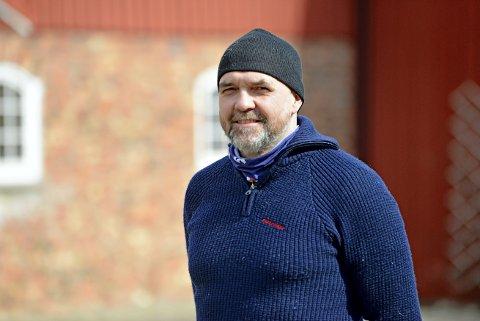 IMPONERT: Leder Jo Ivar Husås i produsentlaget sier det er en utrolig prestasjon som ligger bak melkespannet. 25 år - nesten et helt arbeidsliv uten en blunder må til, foklarer han. Foto: Birger Ringseth