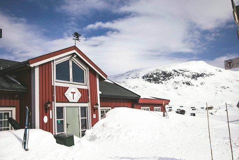 FRAKTAST UT: Ein av gjestene ved DNT-hytta Fondsbu i Jotunheimen testa torsdag morgon positivt for covid-19. Rundt 40 hyttegjester er sette i karantene på hytta og skal fraktast ut.