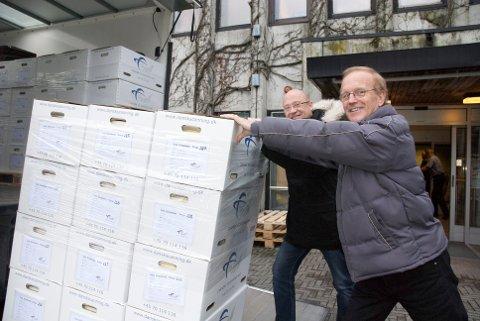 Plan- og bygningssjef Ståle Undheim (t.v.) og seksjonsleder byggesak, Svein Arvid Andersen, ser av gårde over 178 hyllemeter med byggesaksdokumenter som er på vei til skanning i Danmark.