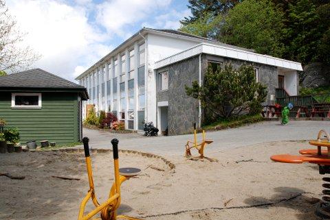 Røyneberg barnehage har hatt en uviss skjebne i flere år. Nå kan den bli erstattet av en større barnehage i Kornbergvegen.