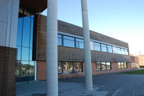 To klasser og ti ansatte på Skadberg skole ble satt i ventekarantene.