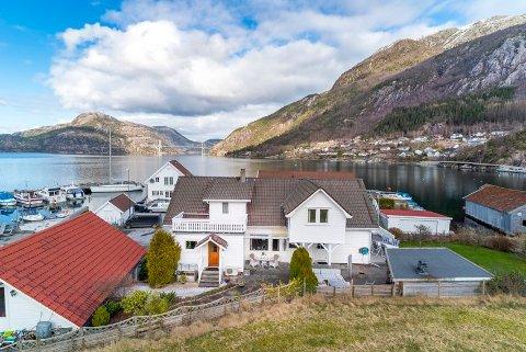 FAMILIETRADISJON: I 136 år har familien Stangeland budd i bustaden i Bergevikvegen med utsikt inn Lysefjorden og ut mot Høgsfjorden.