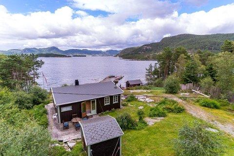 SJØNÆRT: 5,7 millionar betaler dei nye eigarane for denne hytta med tomt på 2,6 mål i sjøkanten på Kvalvåg.