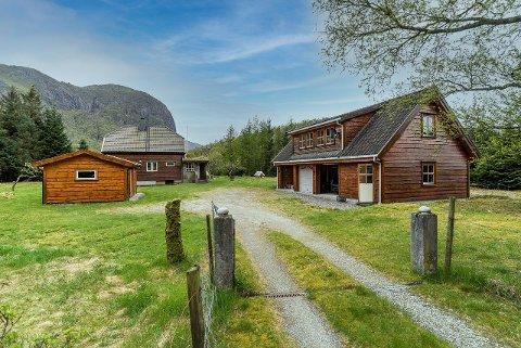 TUNET: I tillegg til bustadhuset på 150 kvadratmeter er det ein trippel garasje på eigedommen.