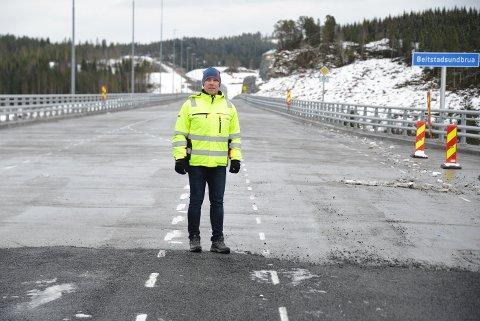 APRIL: 2. april kunne seksjonsleder Jo Bernt Brønstad i Trøndelag fylkeskommune åpne for trafikk på Fv. 17. Ifølge kontakten var det fire måneder for sent.