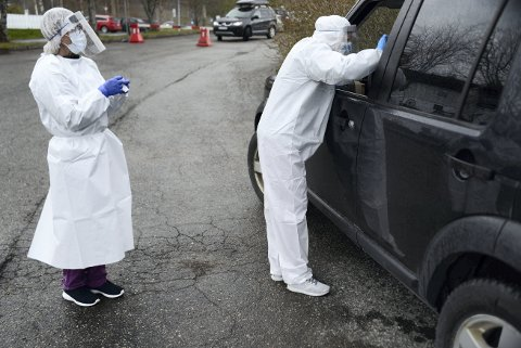 TIL ANALYSE: Gøril Rønning Sund og Jorid Bakkan Johansen gjennomførte tester på teststasjonen på Egge i april. Siden den gang er det gjennomført rundt 8000 tester i Steinkjer.