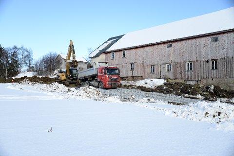 STARTEN: 1. mars 2017 startet anleggsarbeidet. Odd Einar Kne AS begynte med å lage en anleggsveg fra Vestvikvegen på Solberg og ned til der Beitstadsundbrua skulle starte.