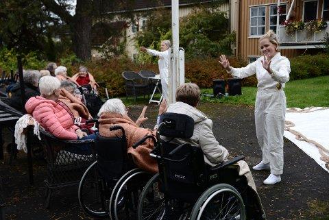 HAGEDANS: Beboerne på Steinkjer bosenter fikk oppleve kust og dans på nært hold da tre dansere var på besøk. Her får Guro Gulstad med seg en beboer i dansen. .