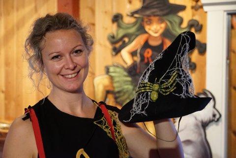 Å spille Rebella Hex er noe jeg gleder meg til, sier sanger og hovedrolleinnehaver Heidi Melgård.  Rebella er jo verdens kuleste rockeheks, så da må jeg nok være både spinnvill og gal under hatten, smiler sangeren og pedagogen fra Steinkjer.