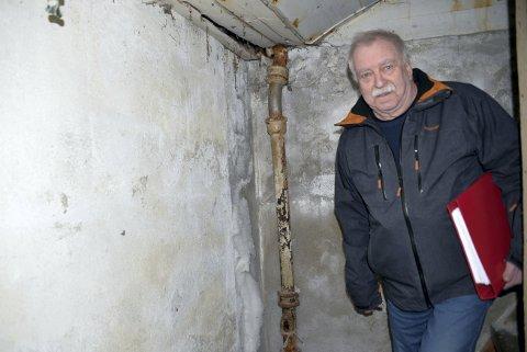 FORTVILET: Per Harald Ressem har som frivillig jobbet i mange år for at Malm og Verran skulle få et museum. I de siste seks årene har han sett at Malmheim forfaller mer og mer med blant annet store megnder med muggsopp. Han blir enda mer fortvilet når han hører at det ikke er mulig å ta vare på mer enn en brøkdel av gjenstandene.