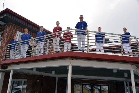 FLOTT GJENG: Det er vanskeligere å rekruttere nye sykepleiere til mindre plasser som Malm. Denne gjengen her gjør en fantastisk jobb på Malm sykehjem. Bildet er tatt rett etter at sykehjemmet ble koronastengt for besøkende våren 2020.