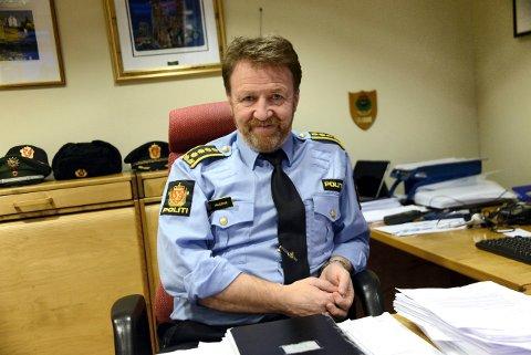 TA DET ROLIG! Politistasjonsjef Snorre Haugdahl håper folk tenker seg litt ekstra om i helga med tanke på smittespredning.