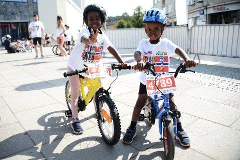 Nasvo og Abdulla gleder seg veldig til å være med på et ordentlig sykkelritt, midt i Steinkjer sentrum.