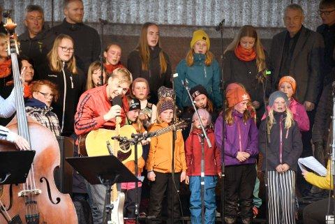 RASMUS I MESSEHAGEN: I mai 2019 var Rasmus og verdens beste band sammen med Beitstad songlag og Beitstad barnekor i Bergmannsparken i Malm. Til helga spiller de på Beitstad stadion