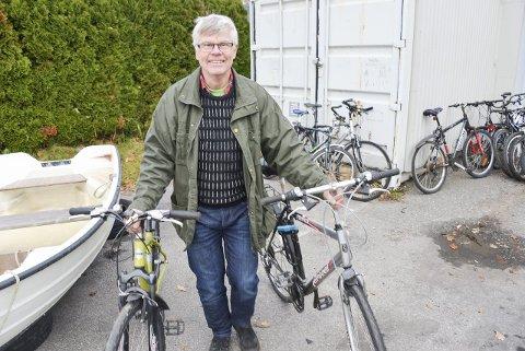 Storinnkjøp: Anders Wahlstedt i Norsk Folkehjelp fikk tilslag på totalt fire sykler under gårsdagens hittegodsauksjon. – Disse syklene vil komme flyktninger i Porsgrunn til gode, sier han.  foto: lars ravn