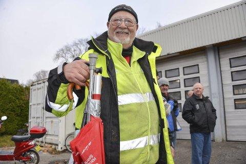 TIL ALDERDOMMEN: Torgeir Hansen sikret seg en bunt med stokker og krykker til ti kroner. – Nå er alderdommen sikret, ler han.