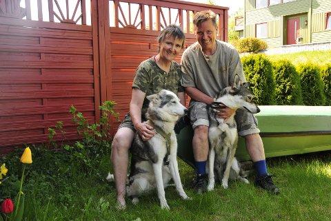 UTELIV: Kaja Steen-Johnsen (t.v.) og Tove Eriksen med hver sin husky. Hundene er faste følgesvenner i skog og mark, og de er også ofte med på filmsnuttene. – Vi driver ikke en action-kanal. Våre Youtube-videoer er mer som langsom-tv, sier Kaja om «UTE avdelingen».FOTO: ANNE-LISE SURTEVJU