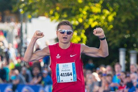 Andreas Grøgaard fra Kragerø IF Friidrett ved målgang på Oslo Marathon, hvor han ble nummer tre.
