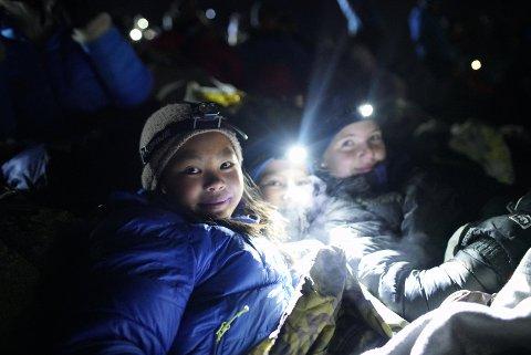 HODELYKTER: Store og små koste seg under årets nattevandring på Gaustatoppen.