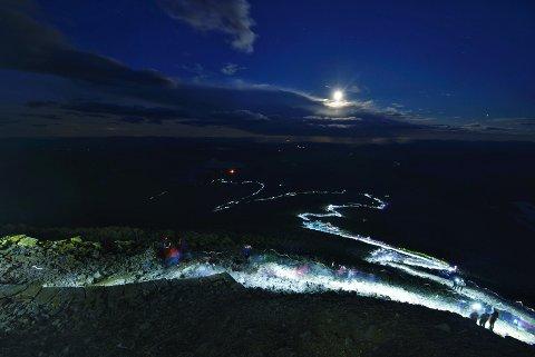 LYSLENKEN: 4000 turgåere lyssatte stien til Gaustatoppen for FNs 17 bærekraftsmål».