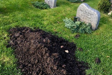 Dette møtte Wiik da hun skulle pynte gravplassen før Allehelgensdag. Foto: Privat