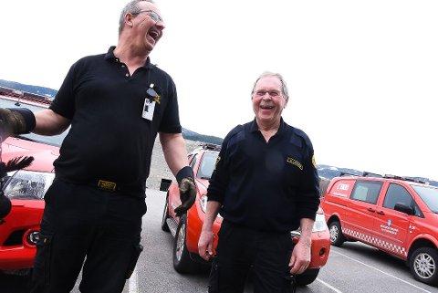 TRIVELIG ARBEIDSPLASS: Latteren sitter løst på Notodden brannstasjon. De to feierne Jarle Bøen og Arne Løvøen har vært fast ansatt i henholdsvis 19 og 30 år. Foto: Beate Evensen